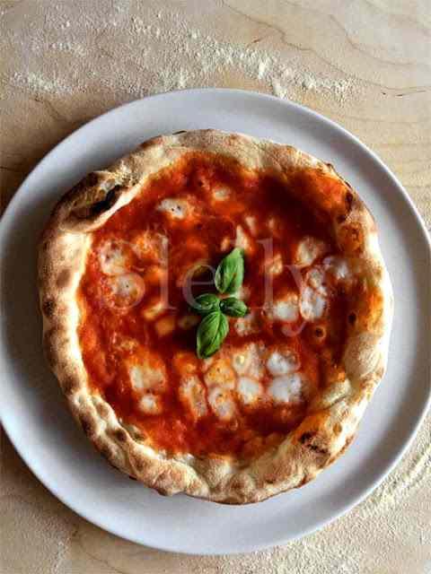 Pizza tipo napoletana a lunga lievitazione fatta in casa