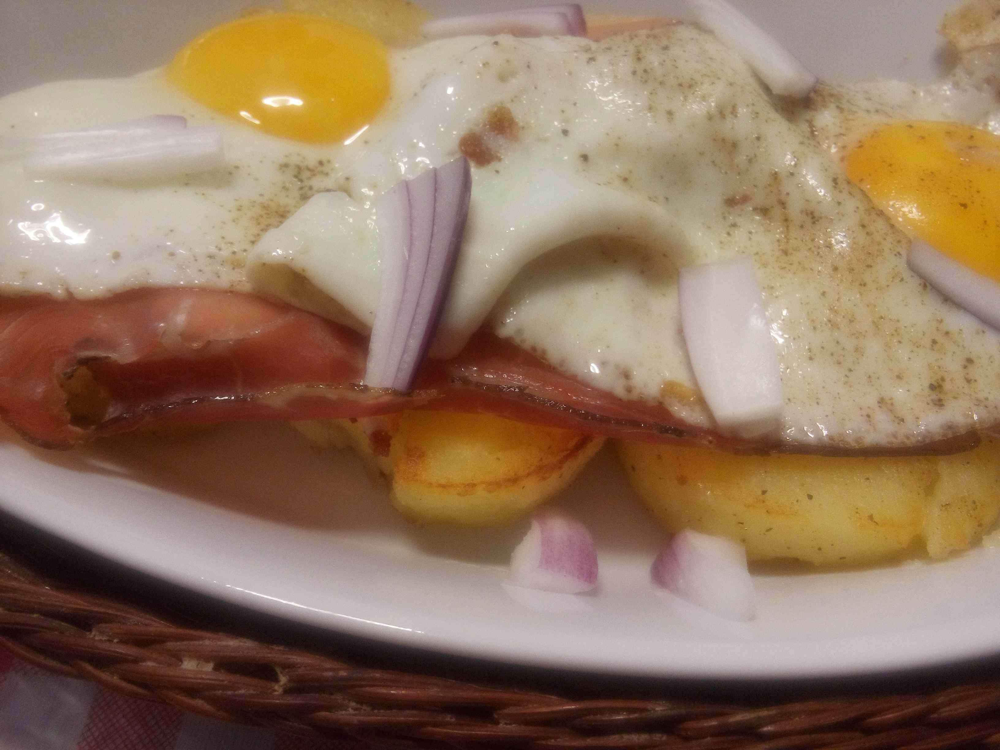 Uova con patate, cipolla e speck (all\'ampezzana)