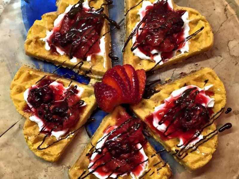 Waffle con yogurt greco, frutti rossi e cioccolato fondente