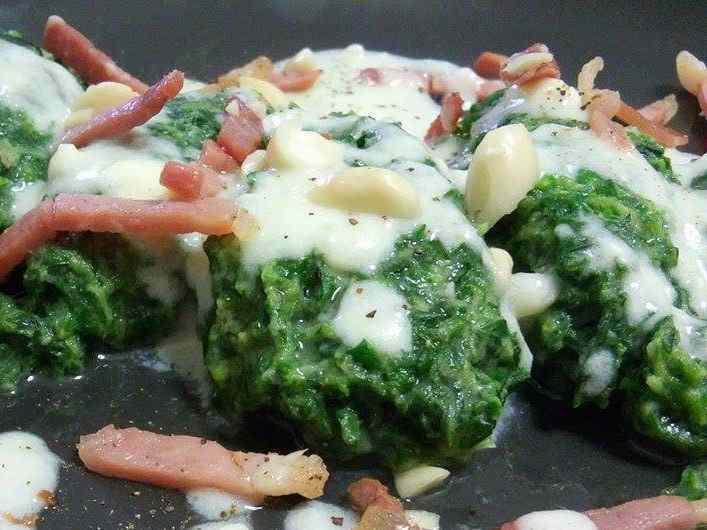 Quenelle di spinaci con brie, speck e mandorle