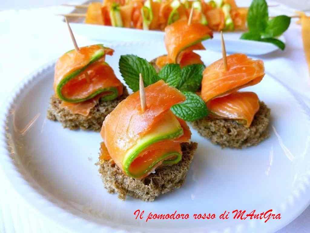 Tartine e spiedini di trota salmonata,zucchine e melone