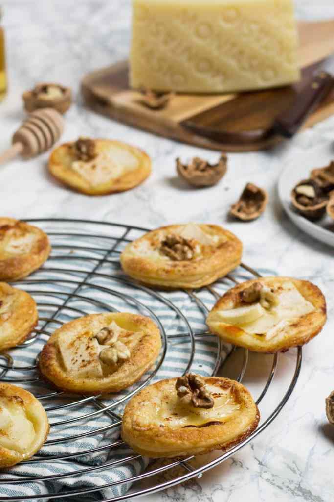Tartellette di sfoglia con pere, montasio e miele