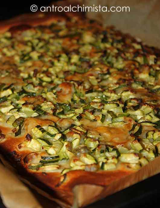 Pizza Bianca con Provola, Zucchine, Cipolle e Scaglie di Parmigiano