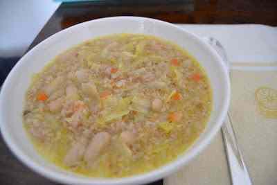 Zuppa contadina di farro, cavolo e cannellini