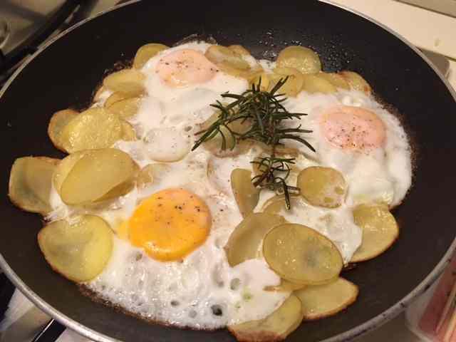 Uova e patate in padella