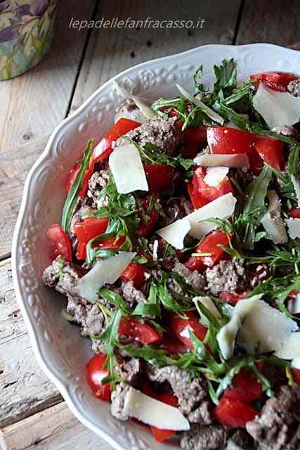 Straccetti di manzo con rucola pomodorini e parmigiano