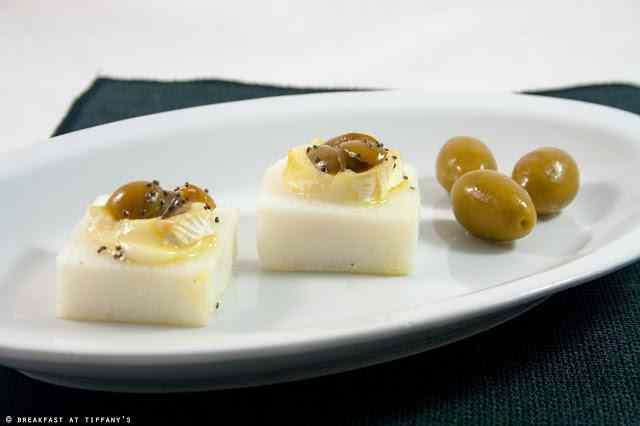 Ricetta: Crostini di polenta bianca con brie e olive