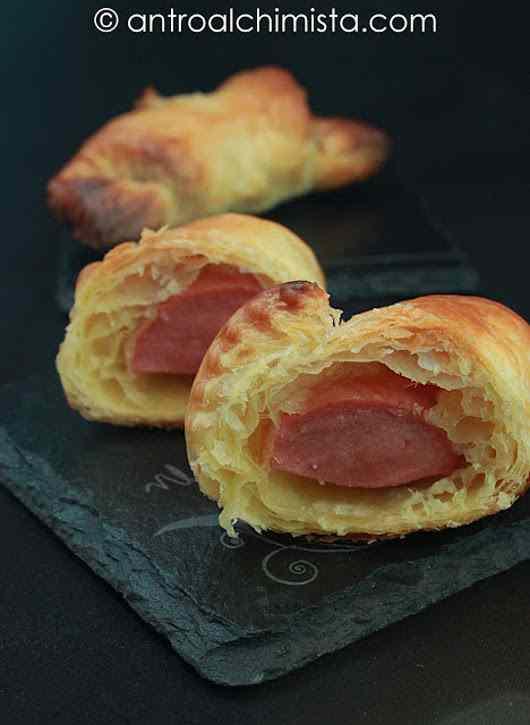 Cornetti di Pasta Sfoglia con Wurstel e Senape