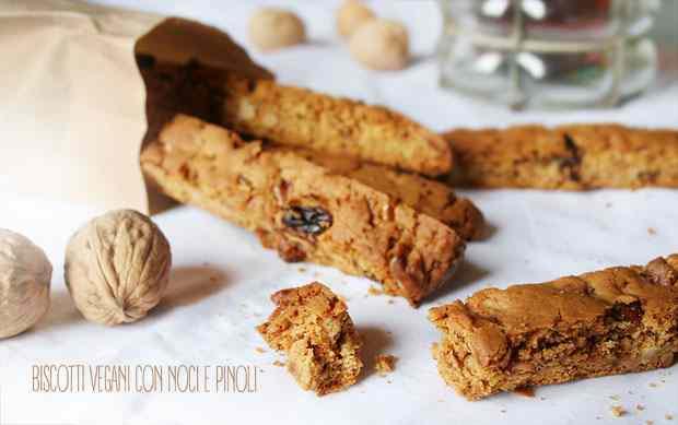 Biscotti vegani con dolci e pinoli