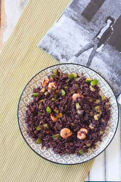 Riso thai nero con zucchine e gamberi