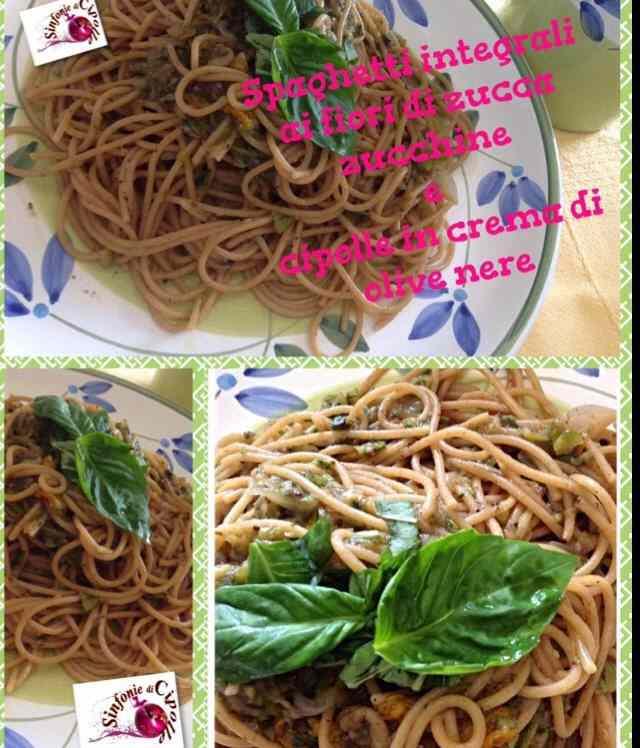 Spaghetti integrali con zucchine e suoi  fiori in crema di cipolle e olive nere