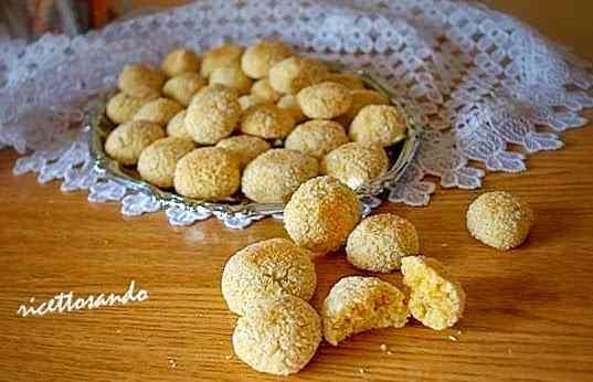 Ricetta: Biscotti di mandorle pralinati al cocco