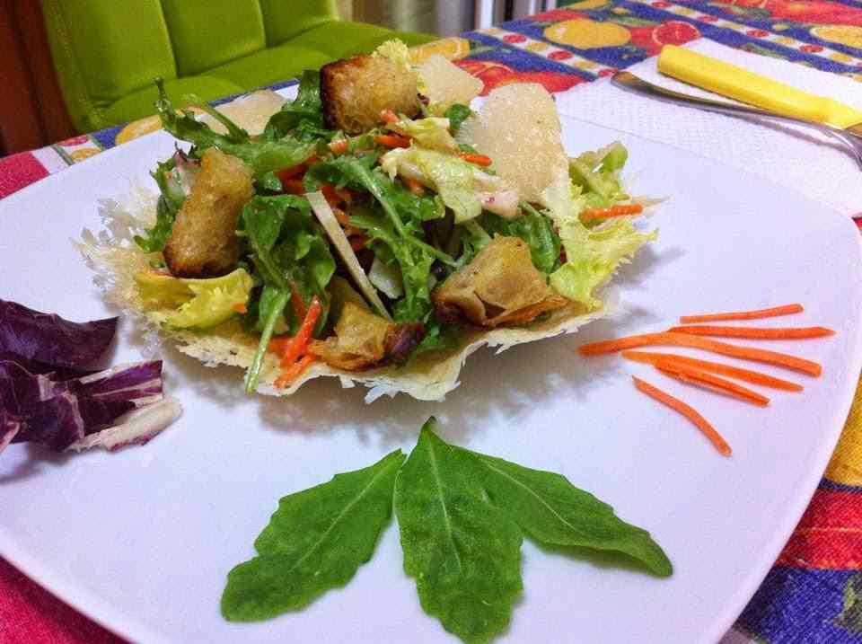 Caesar salad in cestini di parmigiano
